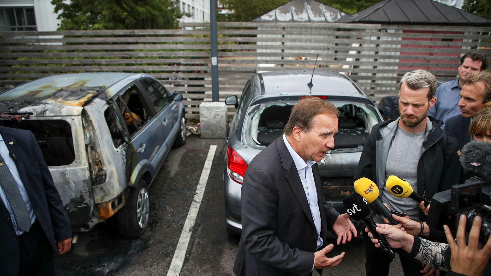 Statsminister Stefan Löfven er blitt kritisert for dårlige debattevner. Her snakker han med pressen på Frölunda torg i Göteborg etter bilbrannene.