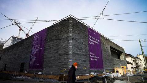 Arkitekt Klaus Schuwerk har de siste årene tegnet Nasjonalmuseet. Nå er han bekymret for hvordan det skal se ut. Nasjonalmuseet vil nemlig skilte fasaden med skilt Schuwerk ikke liker.