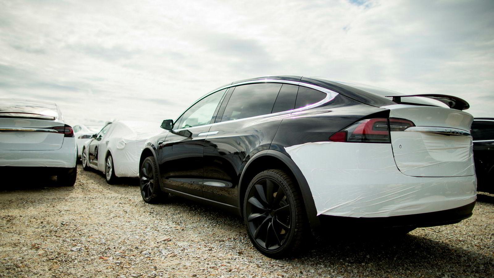Tesla leverte ut rekordmange biler i desember og inntok med Model X en solid fjerdeplass blant bilmodellene i Norge. Her venter biler på sine nye eiere på Drammen havn.