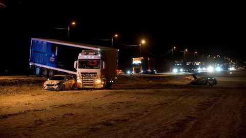 Innleggsforfatterne har gjort det første forsøket på å tallfeste ulempene for trafikantene som følge av forsinkelser etter trafikkulykker. Bildet viser en ulykke på E6 nord for Melhus i 2016.