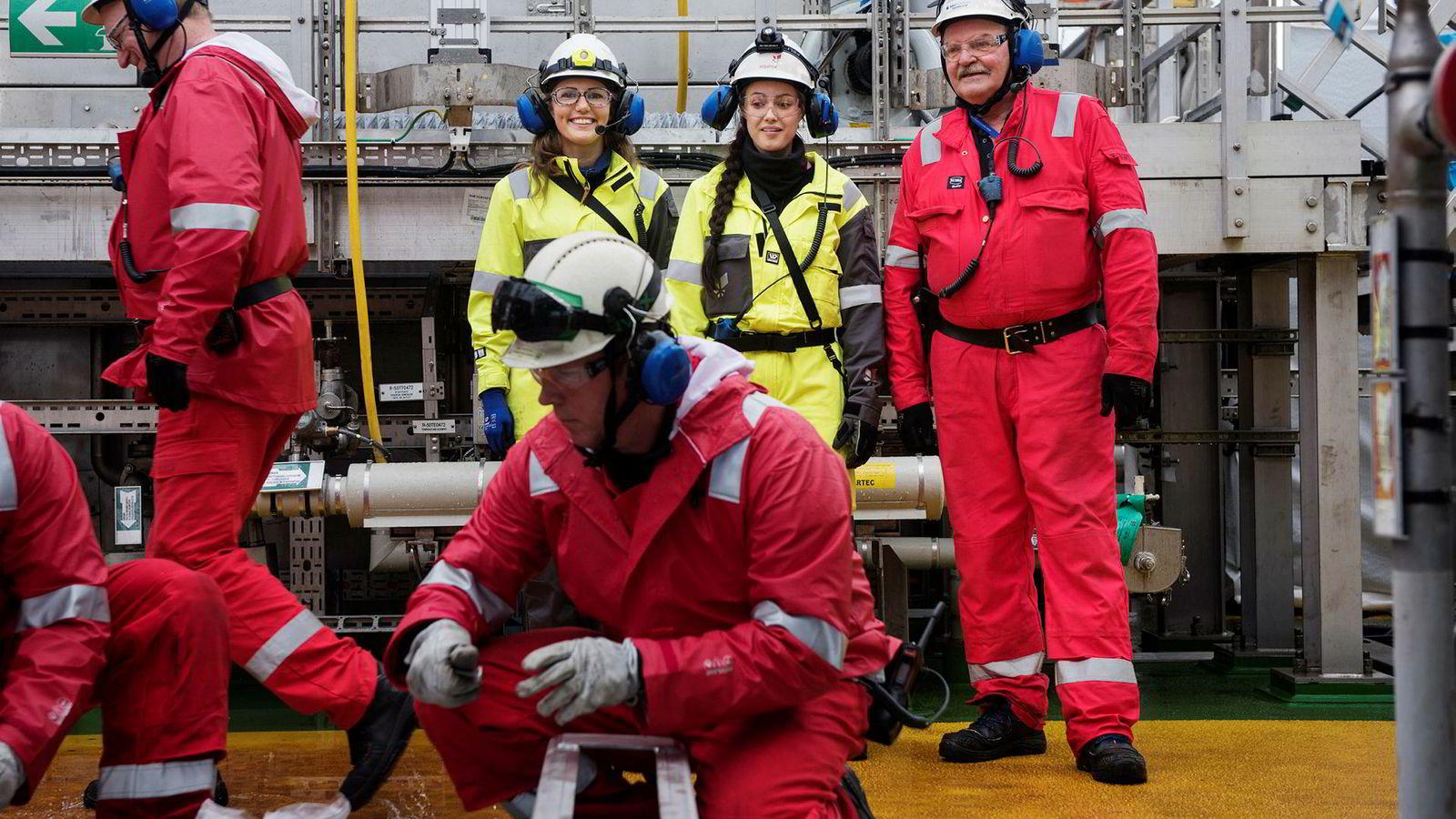 Nora Gjelsvik og Kristine Hagervik Brattøy (bak) er nyansatte i Equinor, og følger nå oppferdigstillelsen av Johan Sverdrup-plattformene. Til høyre oljeveteran Arvid Beglum fra Aker, med 45 år bak seg i industrien.