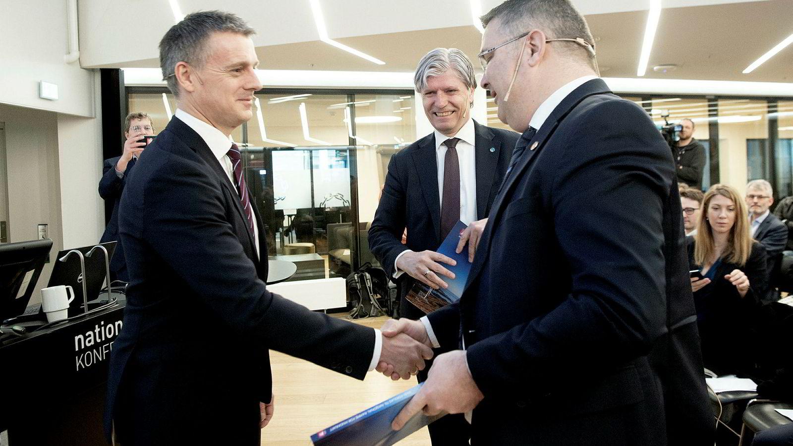 NVE-sjef Kjetil Lund (til venstre) overrakte mandag sitt forslag til nasjonal vindkraftramme til olje- og energiminister Kjell-Børge Freiberg (til høyre) og miljøvernminister Ola Elvestuen (midten).