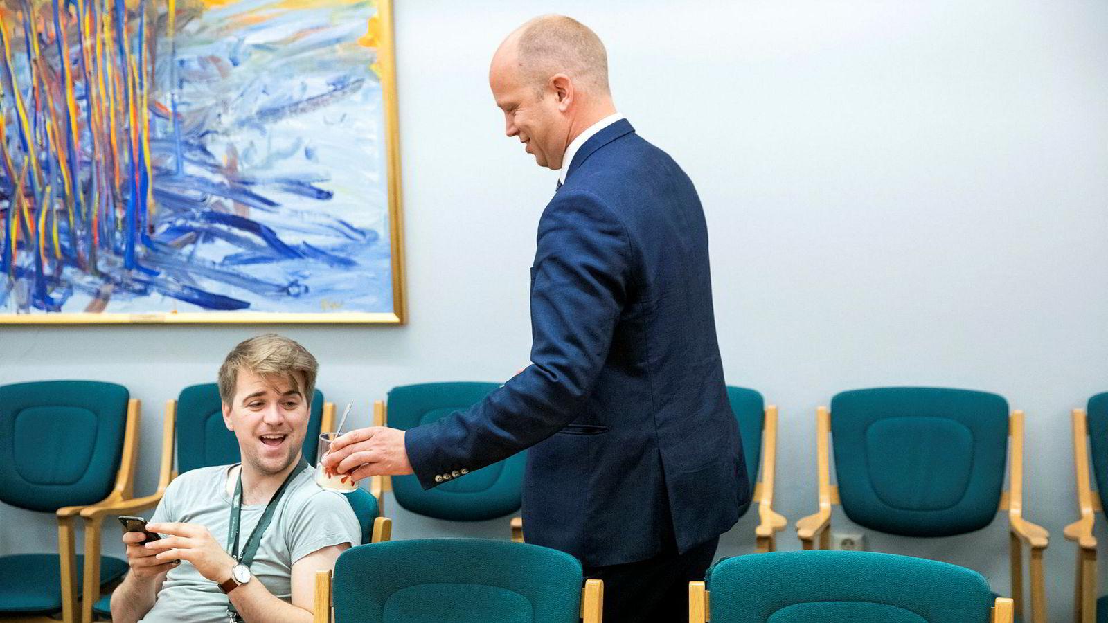 TV 2s kommentator Mathias Fischer (i lurvete t-skjorte) var opptatt med telefonen sin, men fikk jordbær partilederbåret til plassen sin av Trygve Slagsvold Vedum.