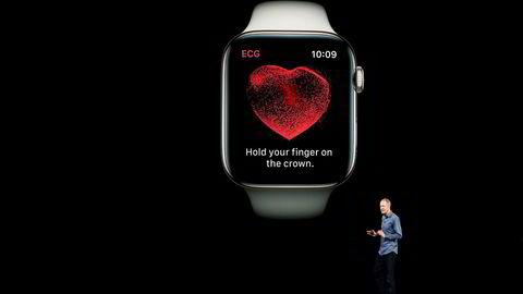 Apple-CEO Jeff Williams viser frem den nye Apple Watch 4 i Cupertino i California forrige uke.