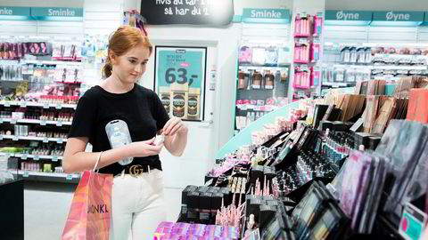 Butikkjeden Normal er blitt en favoritt for Lillian Kassem (16) og mange andre i hennes alder. Hun sjekker ofte utvalget når hun er i nærheten enten hun er alene eller sammen med venninner.