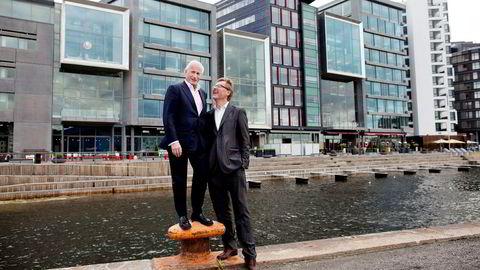 – Dette er sånn eiendom som er superhyggelig å eie, du bare vet at den blir mer og mer verd, sier eiendomsinvestor Christian Ringnes (til venstre), som kjøpte Tjuvholmen Alle 1–5 i bakgrunnen av daværende administrerende direktør Per Samuelsen i Aberdeen i 2011.