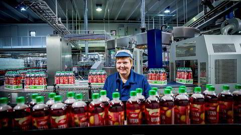 Administrerende direktør i Lerum, Trine Lerum Hjellhaug, ved saftproduksjonen i Kaupanger.