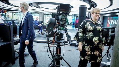 TV 2-sjef Olav T. Sandnes utveksler en morsomhet med Sturla Dyregrov på vei ut av TV 2s studio i Bergen sammen kulturminister Trine Skei Grande.