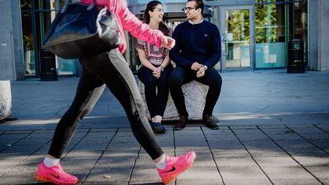 MEST OG BEST. En undersøkelse blant økonomistudenter viser en klar sammenheng mellom tidsbruk, karakterer og hvor lett man får jobb. Toppstudentene får også høyere lønn. BI-studentene Maria Rana (20) og Quttab-Udin Aslam (22) sier de jobber 25 til 30 timer i uken. Foto: Hampus Lundgren