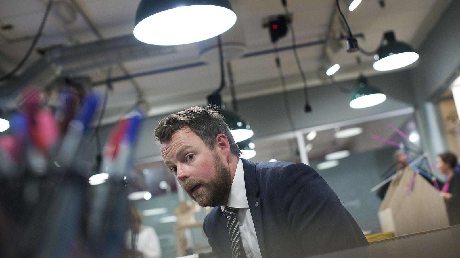 Departementet kunne ha stilt flere spørsmål tidligere om fusjonen, mener kunnskapsminister Torbjørn Røe Isaksen. I stedet ble vanlig praksis for oppfølging av privatskoler fulgt.