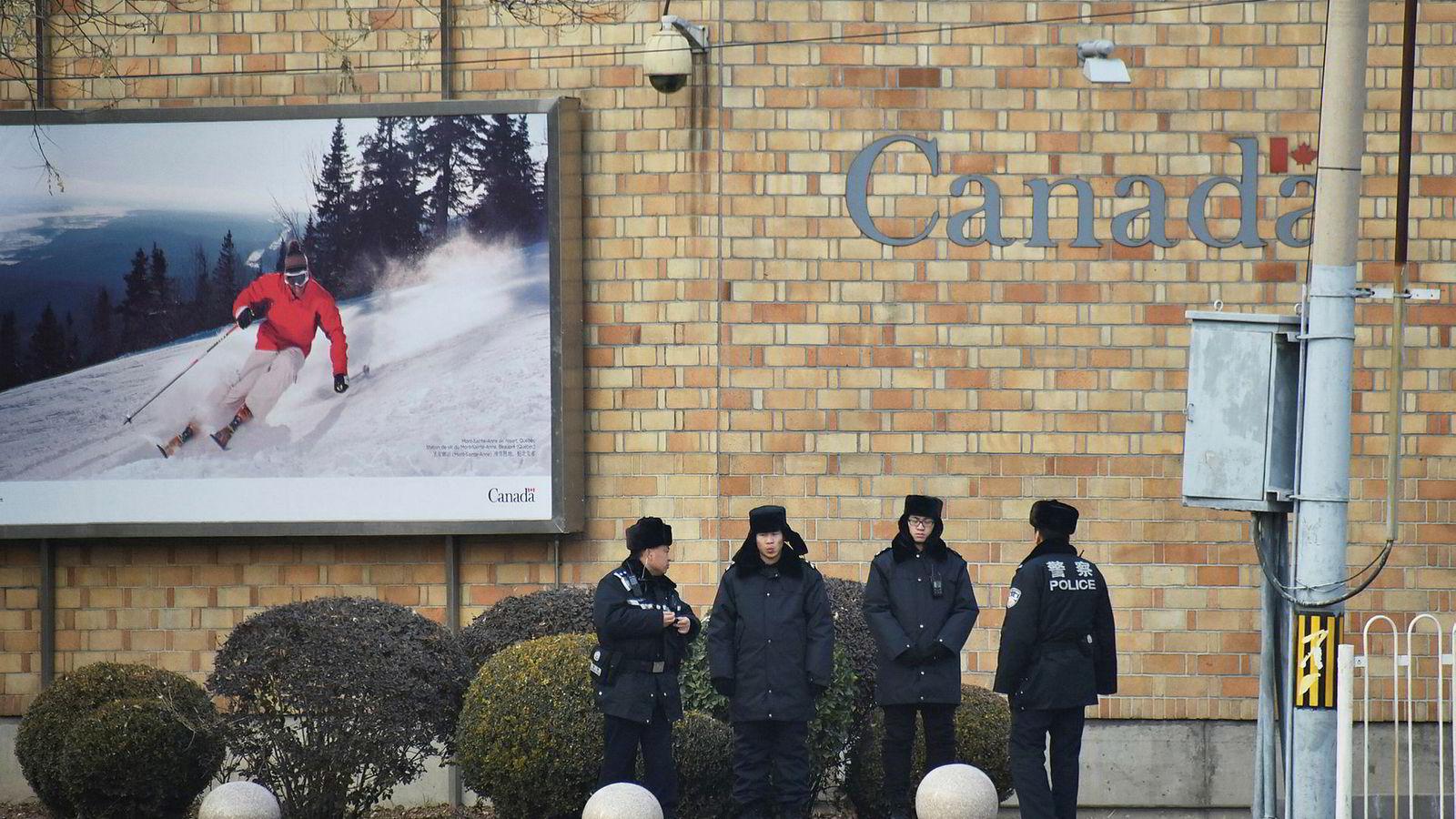 Forholdet mellom Kina og Canada er ikke det beste for øyeblikket. På bildet står kinesisk politi vakt utenfor Canadas ambassade i Beijing.