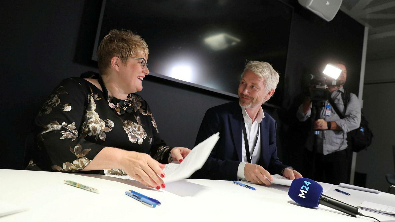 Kulturminister Trine Skei Grande og TV 2-sjef Olav Sandnes signerer avtalen om kommersiell allmennkringkasting, som kan gi TV 2 inntil 135 millioner kroner årlig.