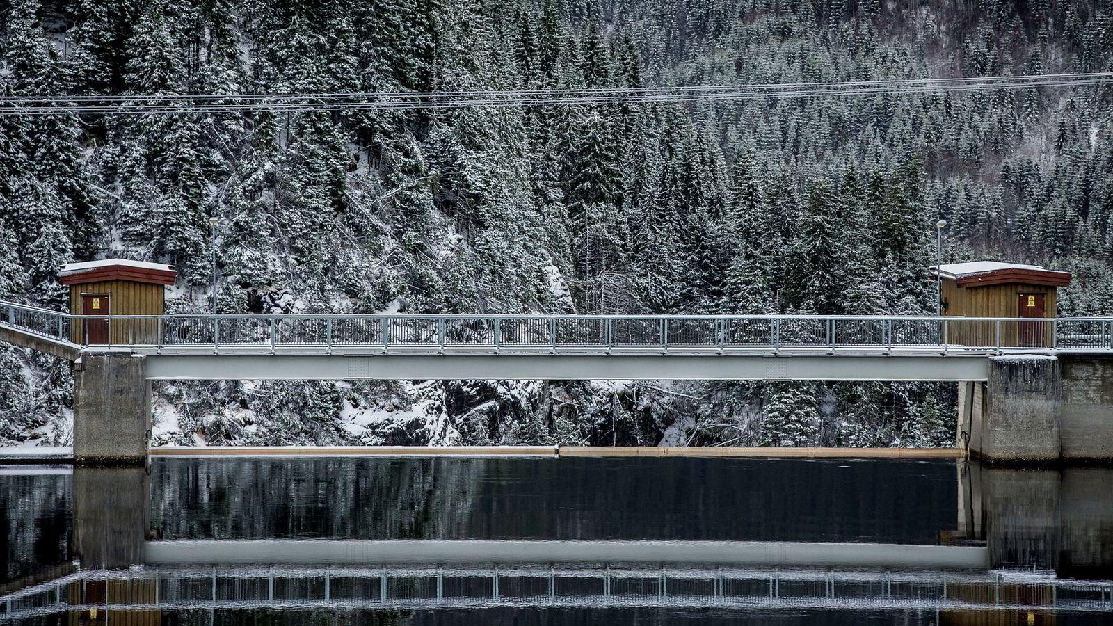 I forskningen ser noen av oss på hva som kan oppnås ved å bygge nullutslippsområder. Det har fått flere til å spørre: Er ikke slike tiltak irrelevante i Norge, som dekker mye av energibehovet i bygninger ved hjelp av utslippsfri vannkraft? skriver artikkelforfatterne. Her elkraftverket Nedre Fiskumfoss i Namdalen.