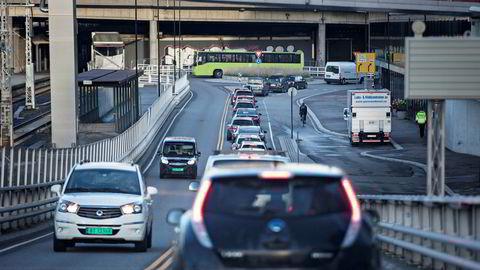 Elbilene bidrar over livsløpet til nesten like store CO 2-utslipp som bensin- og dieselbiler, skriver artikkelforfatteren.