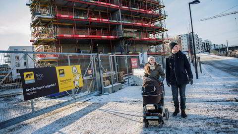 Magnus og Kari Solhjell titter på utbyggingen av Krydderhagen boligprosjekt. – Vi bor i nærheten. Det virker som et godt prosjekt med mye grøntareal og luft rundt, det liker vi, sier Magnus Solhjell.