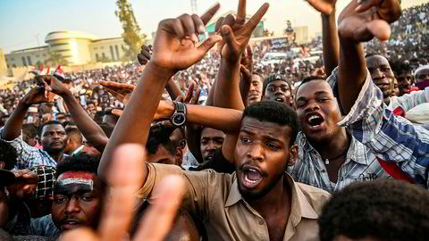 "TOPSHOT - Sudanese protesters chant slogans as they gather for a ""million-strong"" march outside the army headquarters in the capital Khartoum on April 25, 2019. - Sudanese protesters began gathering for a ""million-strong"" march to turn up the heat on the ruling military council after three of its members resigned following talks on handing over power. (Photo by OZAN KOSE / AFP) ---"