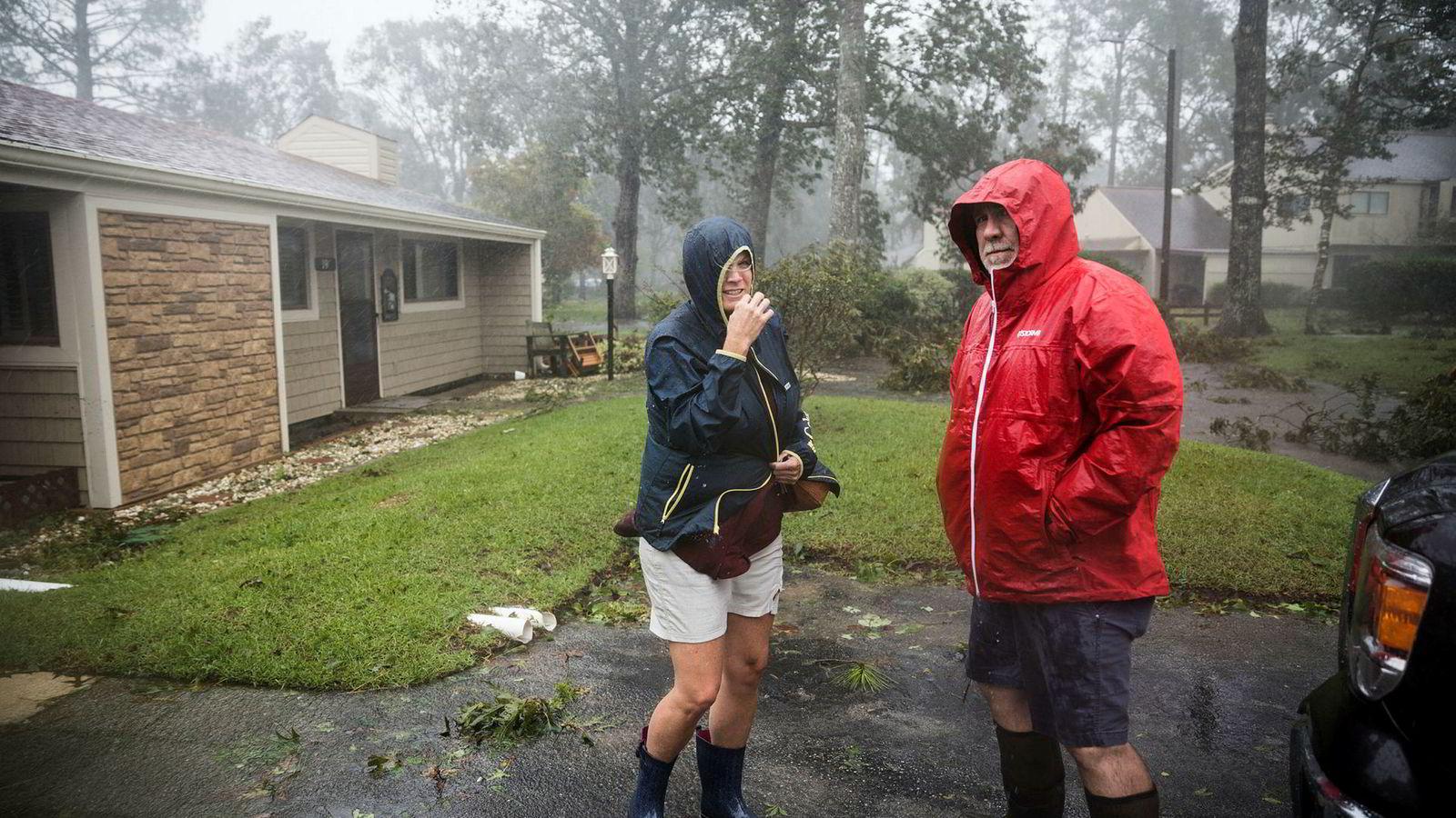 Ginger Thomas og Brett Harp reiste fra huset før stormen. Etter oversvømmelsen har de kommet tilbake for å se på skadene.