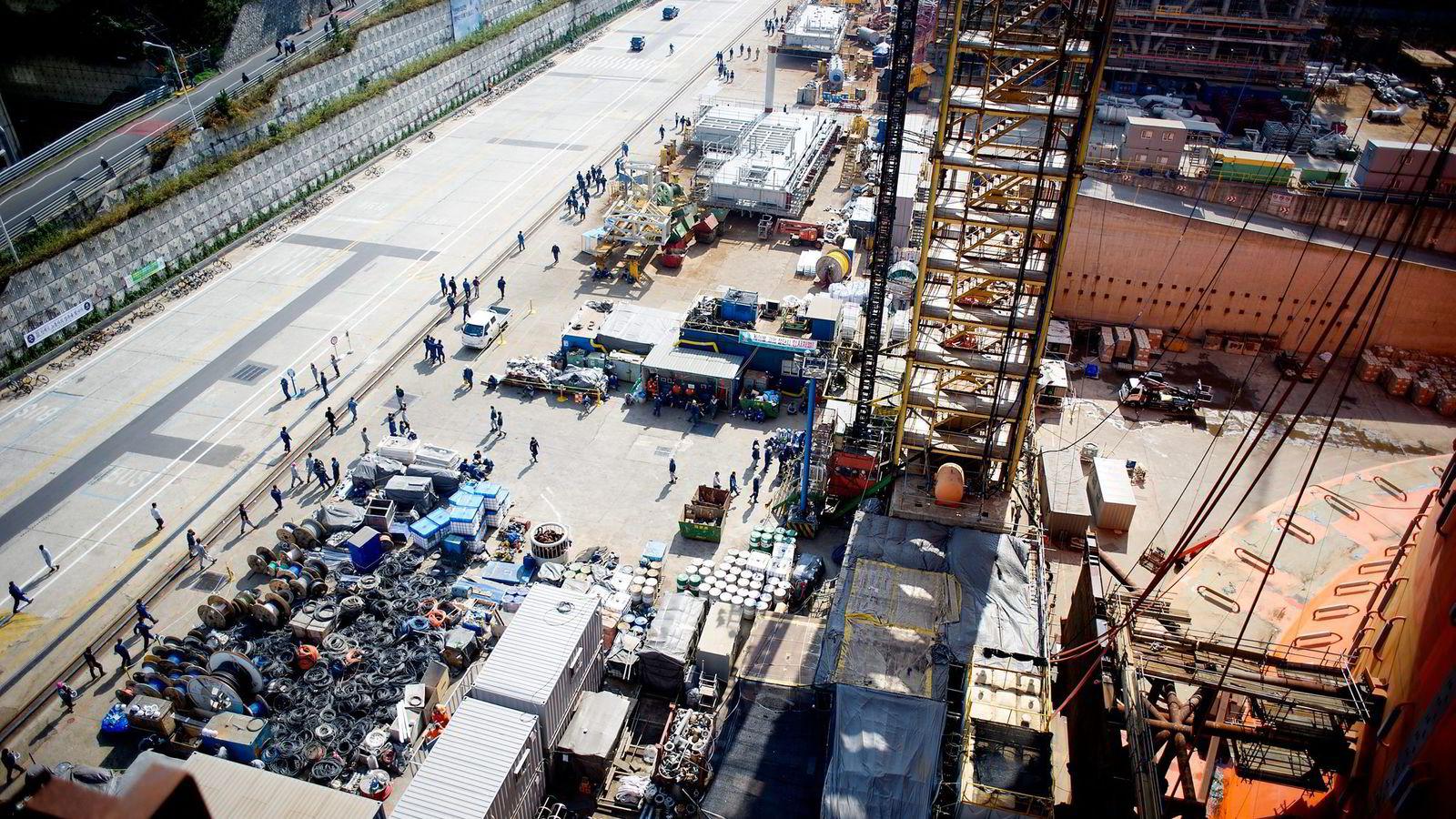 Da DN besøkte Hyundai-verftet i Busan i Sør-Korea i oktober, slet gigantverftet med å få unna gamle oppdrag og rydde plass til Aasta Hansteen-prosjektet. Her myldrer arbeiderne over Goliat-byggeplassen.