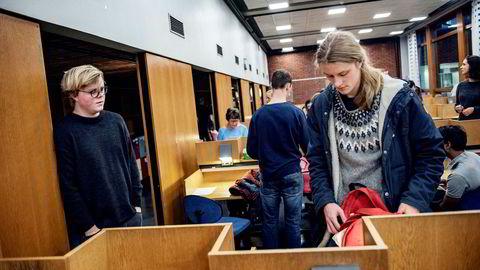 Morten Håvarstein (20, til venstre) og Ole Kvadsheim (22) synes flere eksamener kunne ha vært digitale, men at det er ok med penn og papir i økonomi- og matematikkfag.
