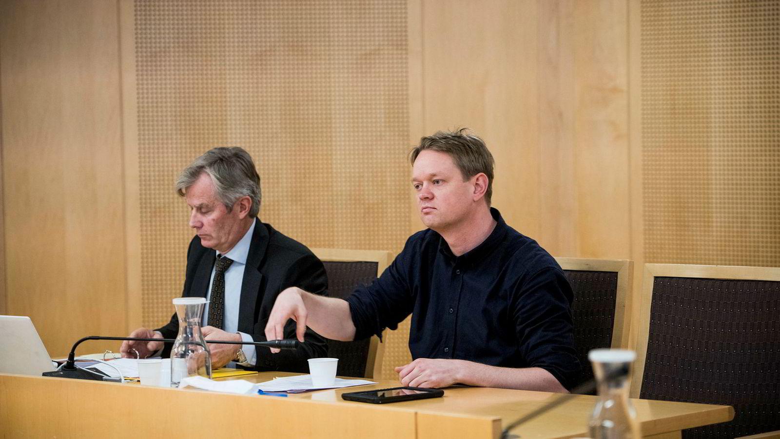 Henrik Huseby og advokat Per Harald Gjerstad i Oslo tingrett, da Huseby vant over teknologigiganten i et spørsmål om reparasjon av mobilskjermer. Nå har Apple vunnet frem i lagmannsretten.