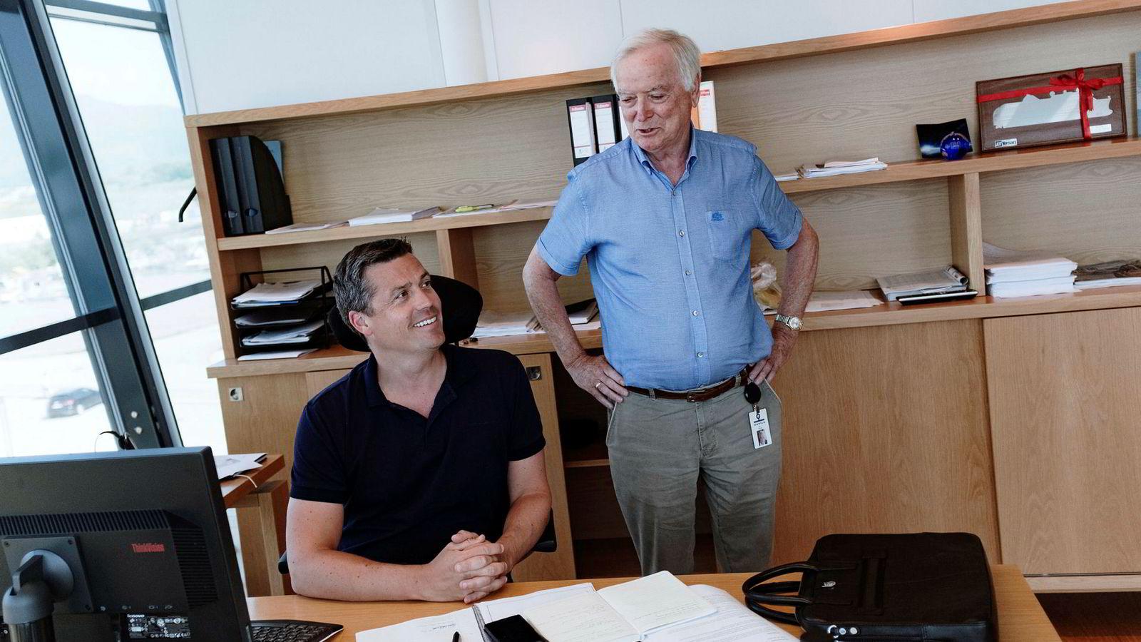 Administrerende direktør Arild Myrvoll (fra venstre) i Havila Kystruten og Per Sævik, konsernsjef i Havila Holding, fotografert ved selskapets hovedkontor i Fosnavåg.