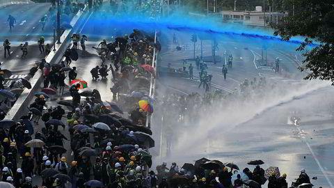 Demonstrasjonene i Hongkong fortsetter. Amnesty sier de har dokumentert brutal vold fra politiets side.