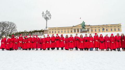 Komiker Sigrid Bonde Tusvik og 30 andre kvinner protesterte mot regjeringens abortlovgivningen i «Handmaids Tale»-utkledning foran Slottsplassen i januar.