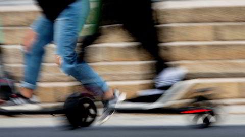 Elsparkesyklene regjerer i Oslo sentrum. Nå kan det bli en realitet å bruke dem med månedskort på Ruter – men da må det legges en god plan først, mener selskapet