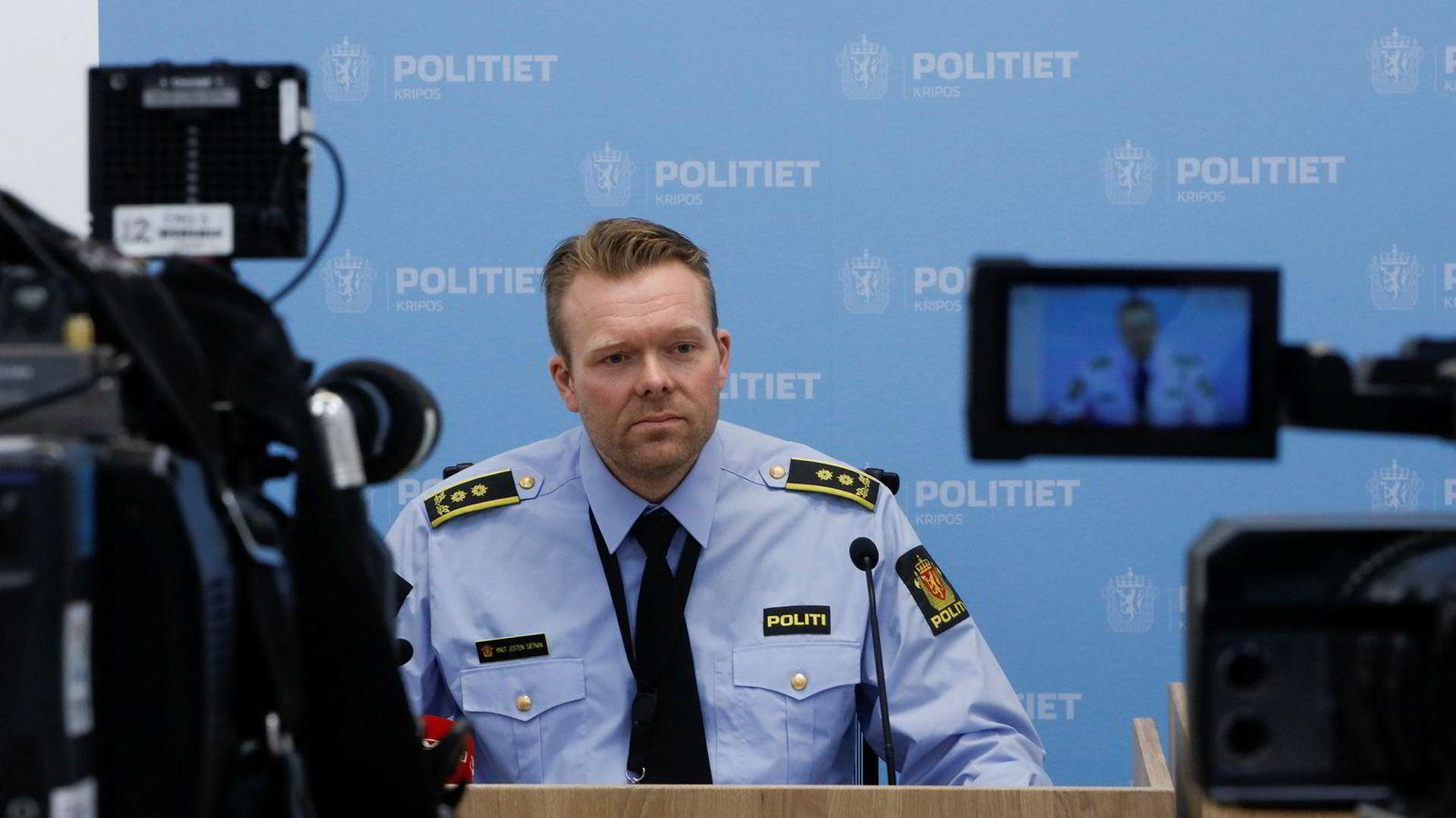 – Samarbeidet med Hydro er et eksempel til etterfølgelse for norske bedrifter som måtte rammes av et stort dataangrep, sier politiadvokat i Kripos, Knut Jostein Sætnan. Her under en pressekonferanse om dataangrepet mot Hydro i mars.