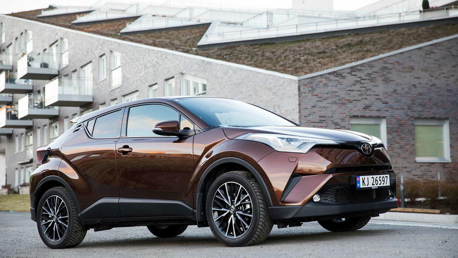 Nye Toyota C-HR har et nær sagt vågalt design med vinkler og kanter på de underligste steder, åpenbart noe påvirket av luksusdivisjonen Lexus og dens konseptbiler.
