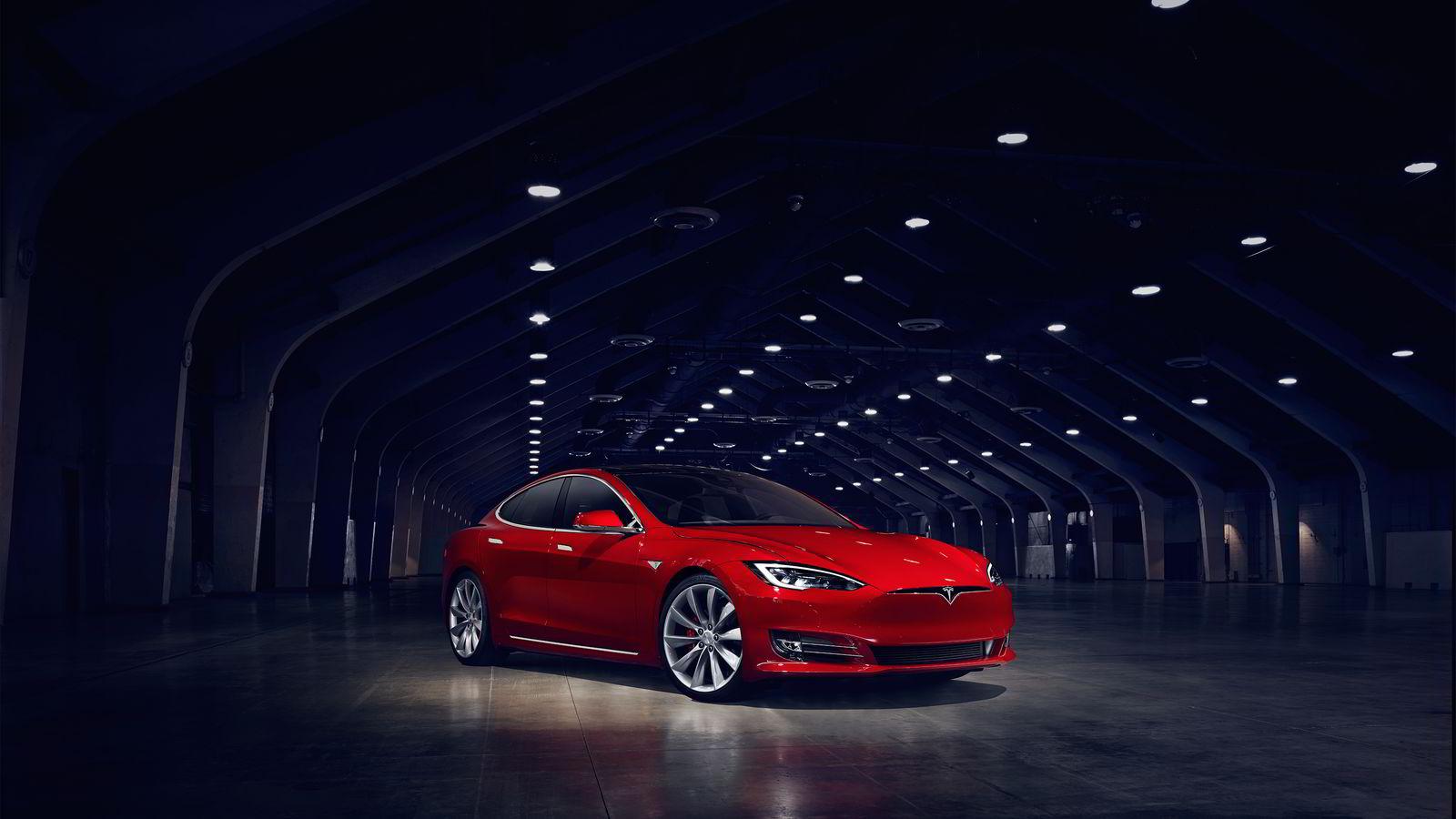 Tesla Model S får et nytt ansikt med tett grill, slik som søsknene Model X og Model 3.