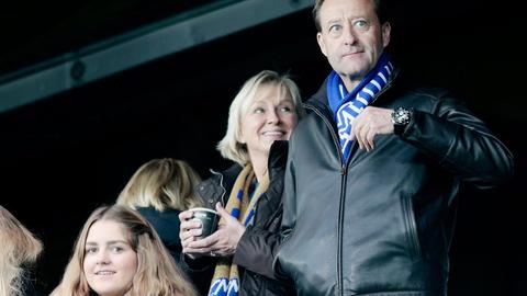 Bjørn Rune Gjelstens selskap har fått inn åtte millioner kroner på Moldes spillersalg de to siste årene, men det har kostet ham dyrt. Her fra 2014 på tribunen med kona Solveig Gjelsten.                    Foto: Lise Åserud /
