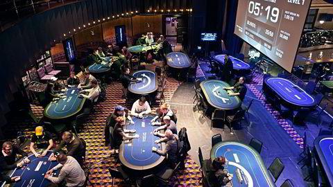 Skattedirektoratet ser nå det urimelige i at spillere har måttet skatte av gevinster uten å få fradrag når innsatsen har endt med tap. Bildet viser en pokerturnering hos Pokerstars i London, verdens største online pokersted. Foto: