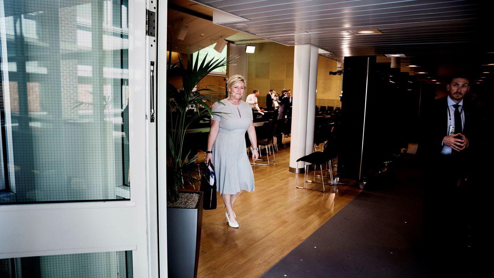 Finansminister Siv Jensen forlot plenumssalen i regjeringskvartalet etter at hun hadde lagt frem revidert nasjonalbudsjett. Det var den siste pressekonferansen i salen, som ble bygget i 1988, før den rives.