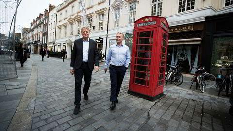Mens DNB-ledelsen er i London har banken for første gang fått nye lånekunder uten at rådgivere må gi tilsagn. – Et par hundre saker er gått gjennom så langt, sier Trond Bentestuen (til høyre), leder for personmarked. Her med konsernsjef Rune Bjerke.