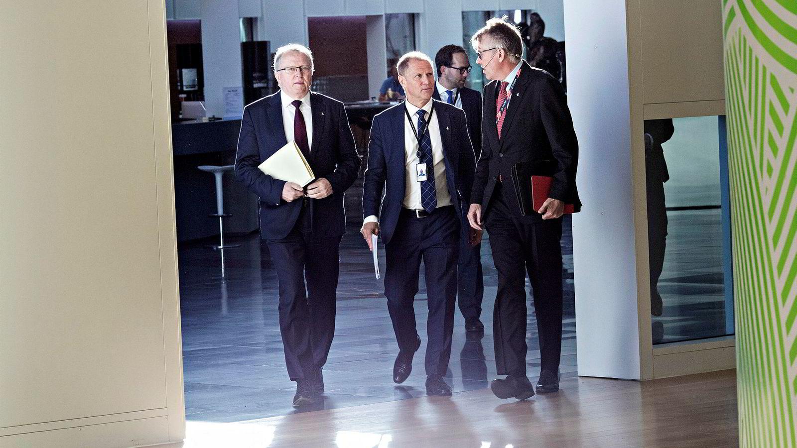 Equinor-sjef Eldar Sætre (til venstre) ankom kvartalspresentasjonen med noe som minnet en glorie, dannet av baklys i Equinors lokaler. Finansdirektør Lars Christian Bacher og kommunikasjonsdirektør Reidar Gjærum fulgte med.