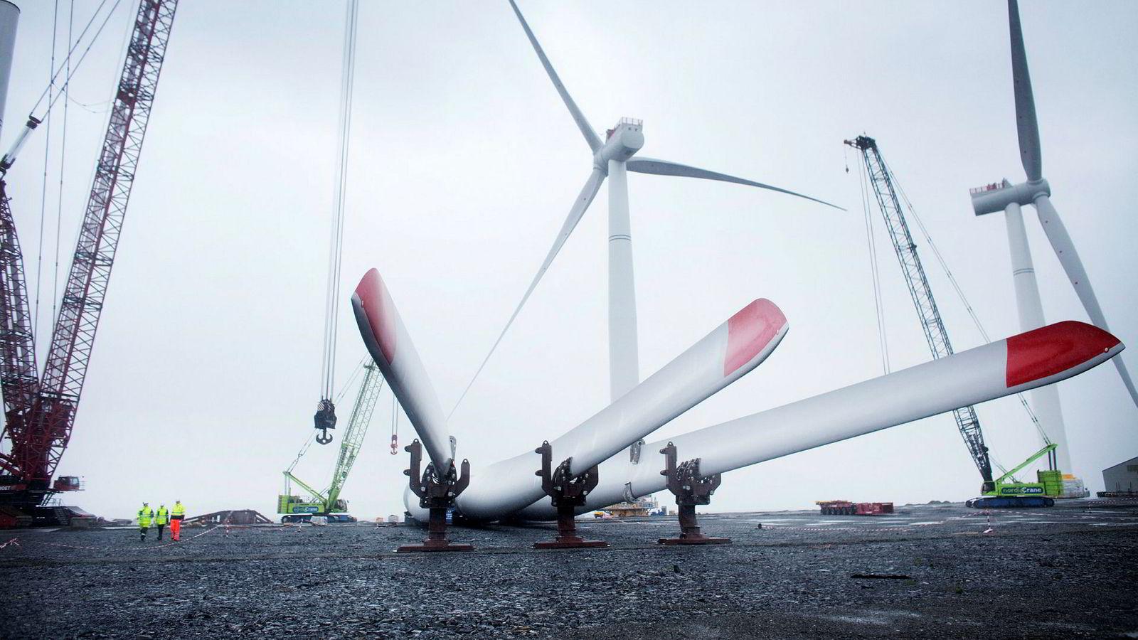 Menneskene blir små i forhold. Siemens-turbinene har 75 meter lange vinger. Hele Hywind-konstruksjonen vil måle 258 meter fra bunnen av understellet til toppen av vingespissen når de er på plass i havet.