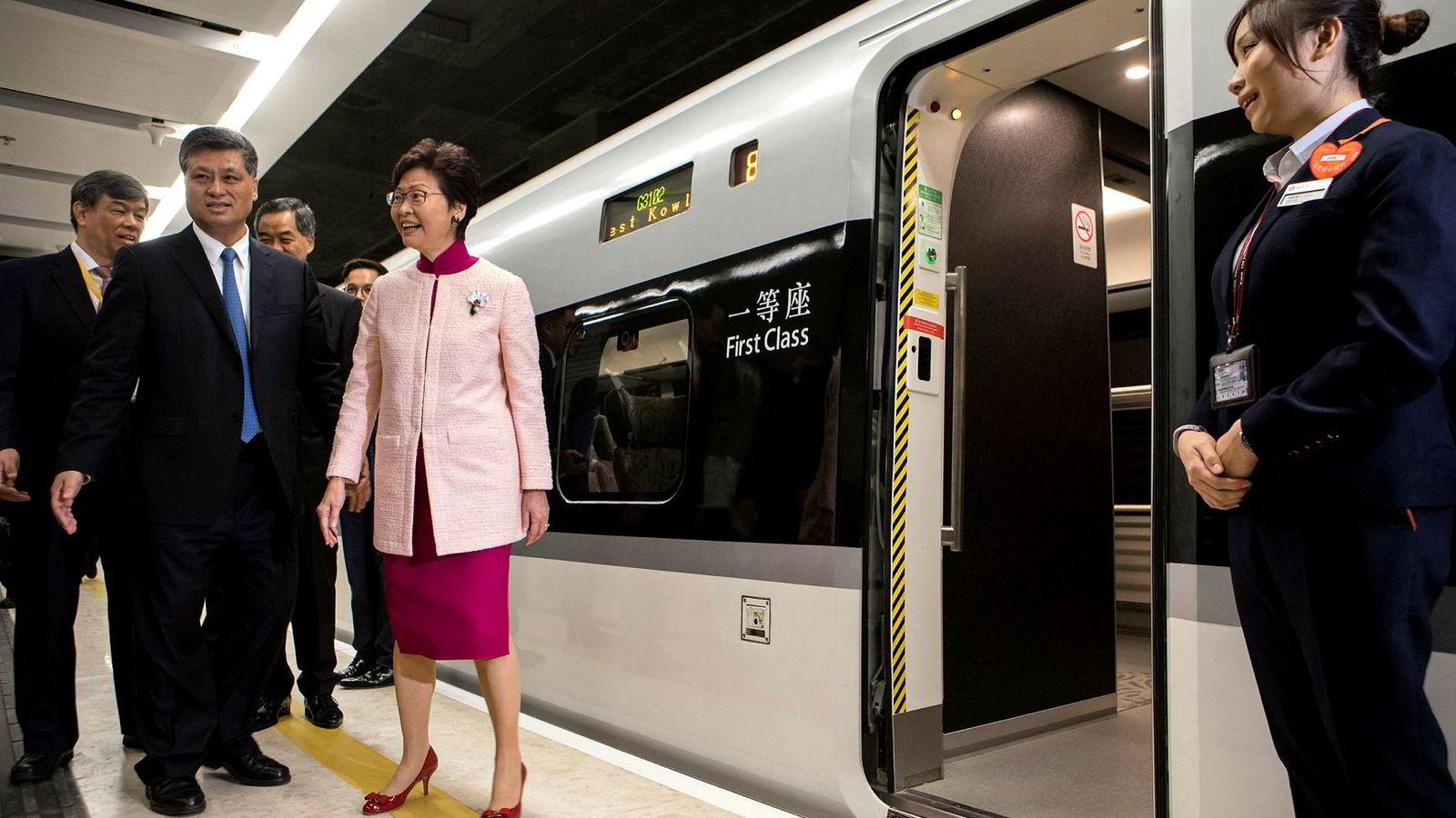 – Dette er et historisk øyeblikk for Hongkong, sa Carrie Lam, byens øverste politiske leder, da hun åpnet en ny jernbaneterminal. Denne knytter Hongkong til det kinesiske fastlandet. Store kinesiske infrastrukturinvesteringer i Hongkong er svært omstridte.