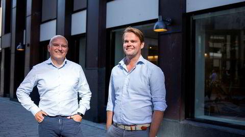 Kolbjørn Giskeødegård (til venstre) og Anders Hagen har begge sagt opp jobbene sine i Nordea Markets for å produsere laks på land i Belgia.