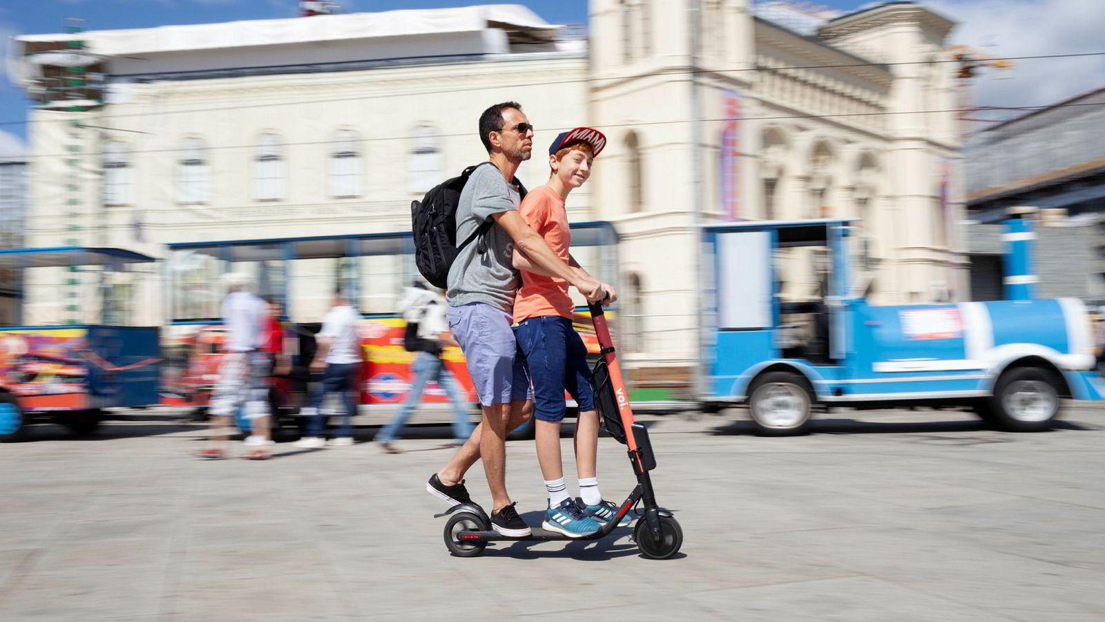 Elsparkesykkelbølgen har skyllet inn over hovedstaden denne våren og sommeren. Philippe Guy (50) og sønnen Julian (14) bruker elsparkesykkel som fremkomstmiddel når de er på ferie i Oslo. – I Genève er det ingenting sånt, sier de.