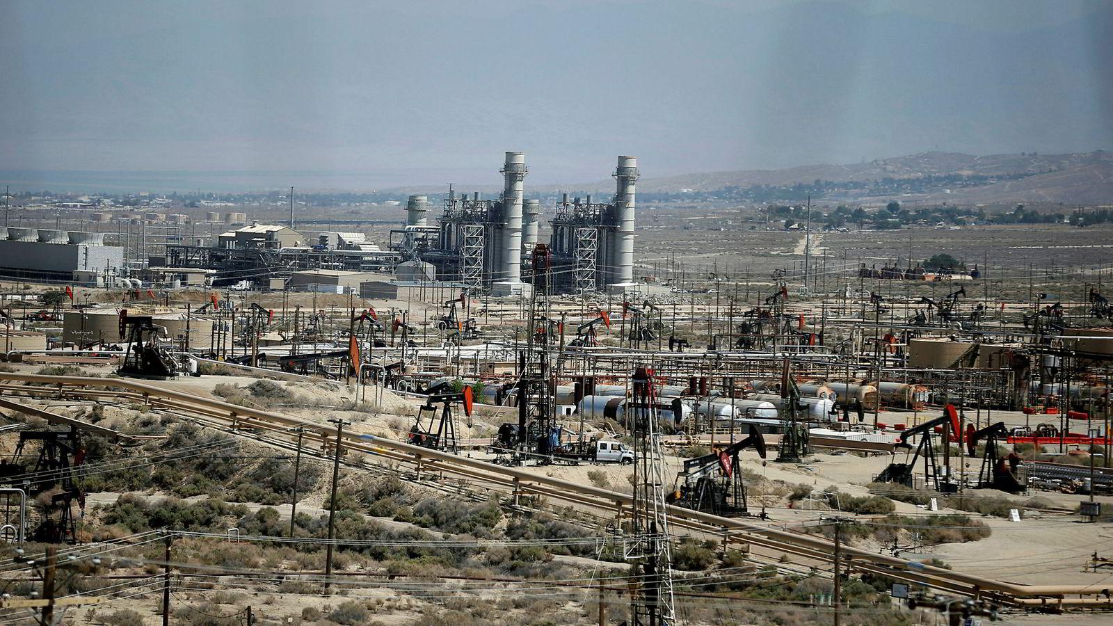 Det amerikanske energidepartementets statistikkfløy (EIA) kutter i oljeprisprognosene.