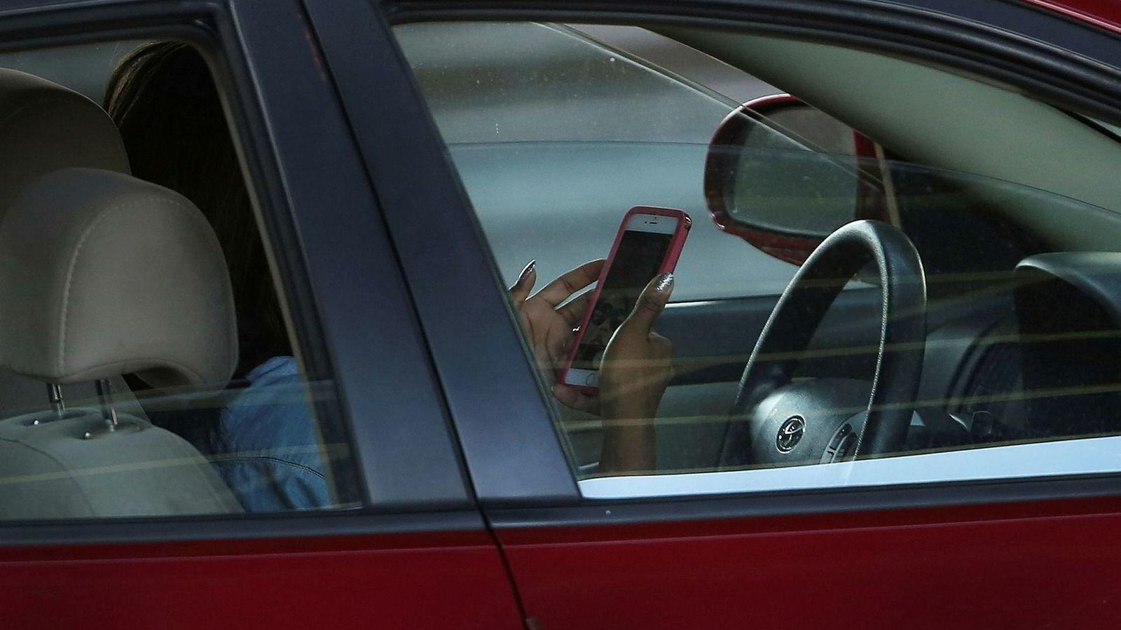I høst har det vært utplassert nye trafikkameraer på to innfartsårer til storbyen Sydney. Målet har vært å se hvor alvorlig ulovlig bruk av mobiltelefoner er. Hver dag ble over 11.000 bilister tatt med mobilen i hånden mens de kjørte – nesten like mange som får forenklet forelegg i Norge hvert år.