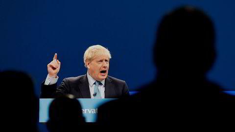 Statsminister Boris Johnson på talerstolen i Manchester onsdag.