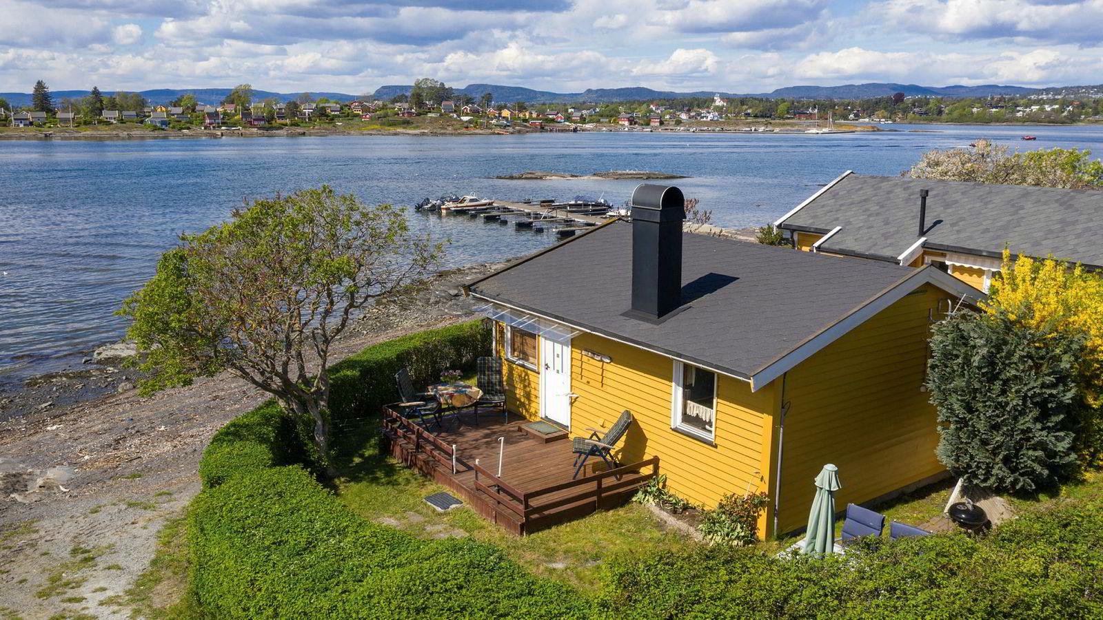 Den lille Lindøya-hytta til høyre i bildet ble solgt off market for 6,5 millioner kroner i fjor høst. Hytta i forgrunnen ble solgt for 5,3 millioner kroner denne uken.