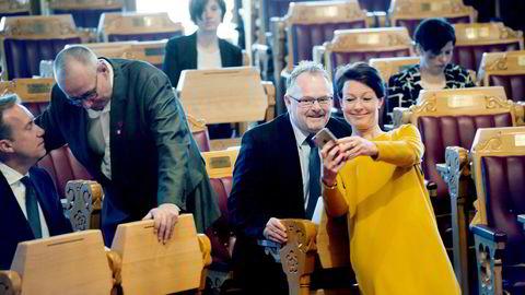 Før spørretimen startet, tok Line Henriette Hjemdal (KrF) en selfie med fiskeri-, innvandrings- og integreringsminister Per Sandberg som hun straks la ut på Instagram. Jan-Henrik Fredriksen (Frp) slo av en prat med utenriksminister Børge Brende.