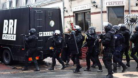 Fransk politi på jakt etter gjerningsmennene i Paris like etter terroraksjonen. Foto: Thibault Camus, AP/NTB Scanpix