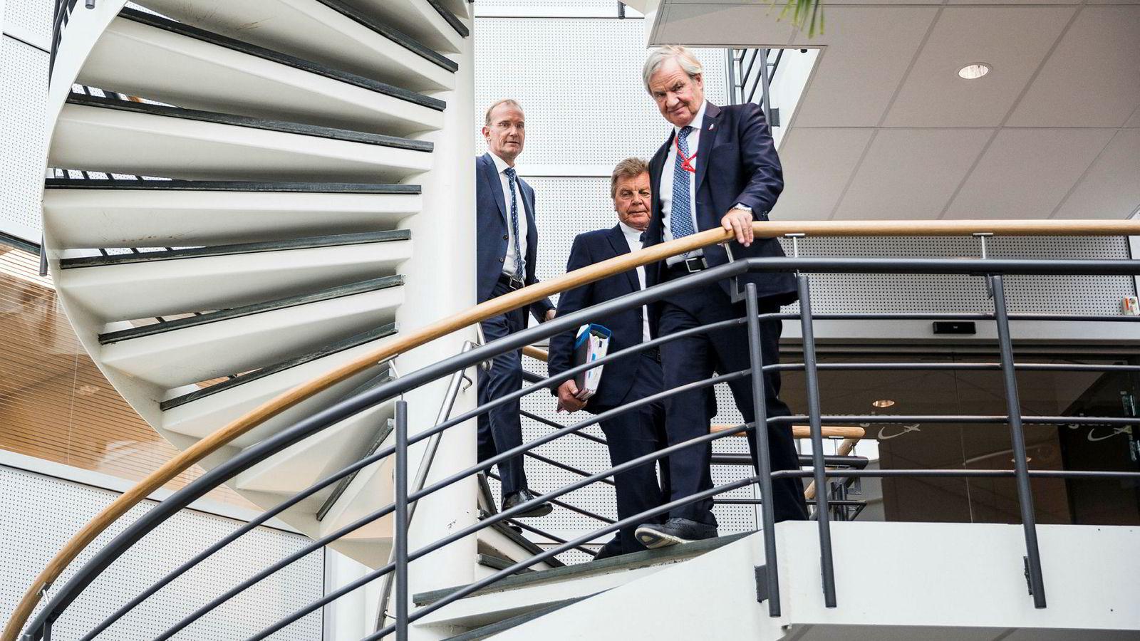 Forretningspartnerne Bjørn Kjos (fra høyre) og Bjørn H. Kise har finansiert en stor del av Norwegian-aksjene med banklån, og senere har kursen falt kraftig. Her med Norwegians nye styreleder Niels Smedegaard på hovedkontoret på Fornebu i vår.