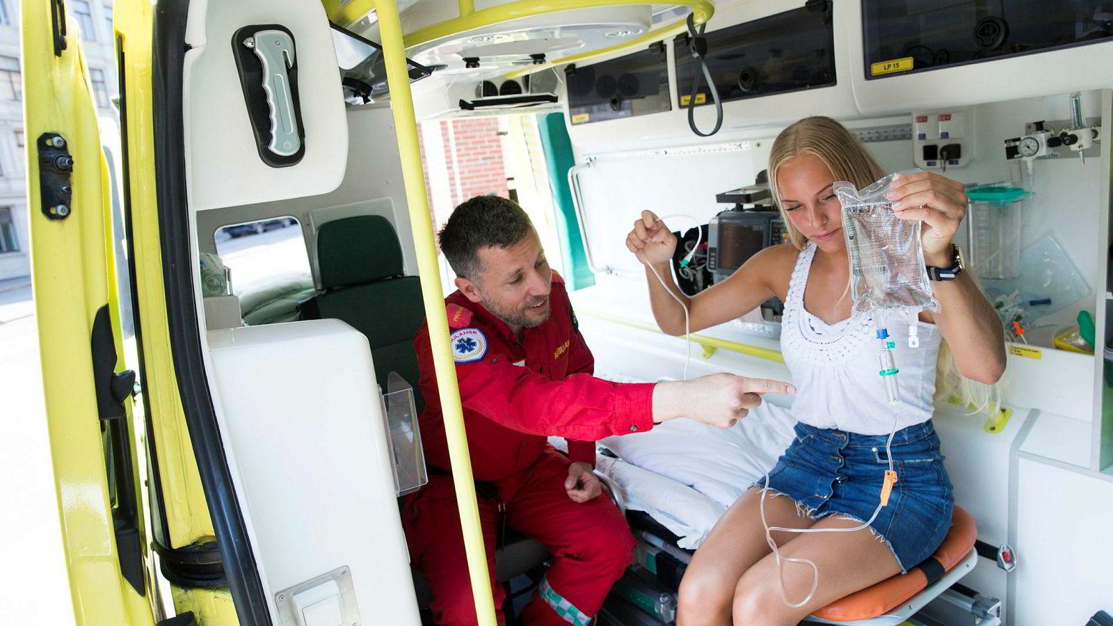 Universitetslektor og paramedic Carl Christiansen viser Ingrid Irene Halvorsen (19) rundt i en ambulanse, som en forsmak til hva som venter henne i løpet av studiene.
