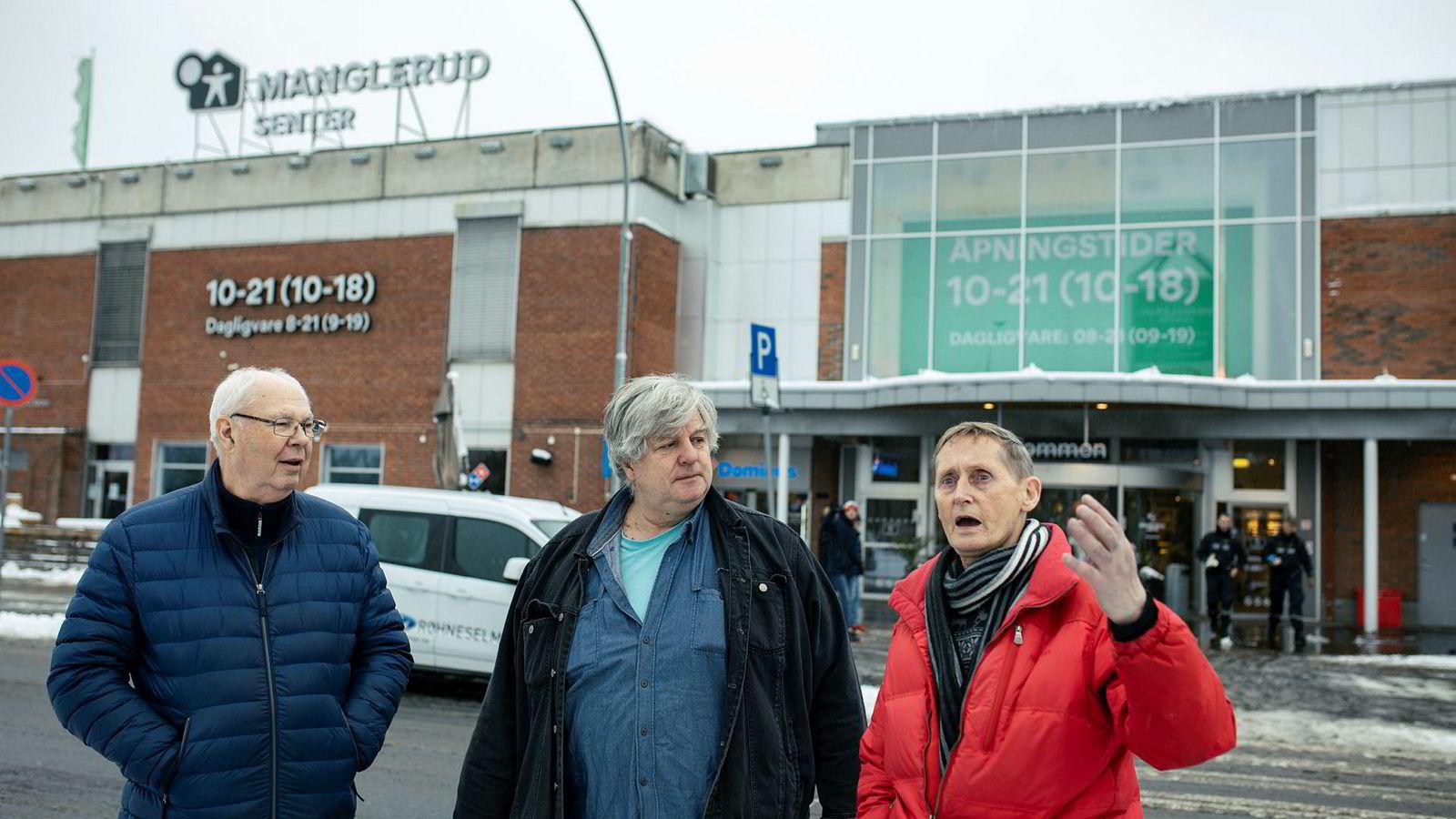 Pensjonistkameratene Terje Caspersen (fra venstre), Kai Lind og Erik Hamre møtes jevnlig over en kopp kaffe på Manglerudsenteret som er et av mange kjøpesentre som hadde fallende omsetning i årets tre første kvartaler. – En gang hadde Manglerudsenteret den høyeste omsetningen per kvadratmeter i Norge. Det er en stund siden, sier Kai Lind.