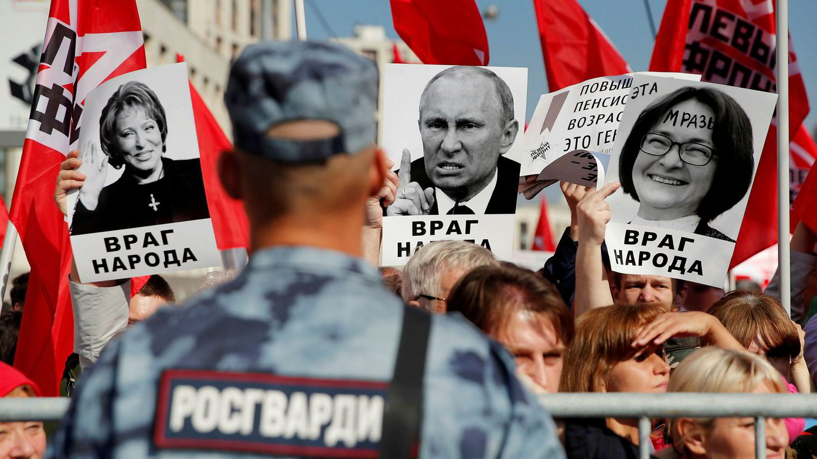 Folkets uvilje skyldes ikke frykt for forandring eller motvilje mot å arbeide. Gjennomsnittlig levealder for russiske menn er 67 år, og dermed er den nye pensjonsalderen på 65 år så godt som en statistisk dødsdom. Folkets uvilje skyldes ikke frykt for forandring eller motvilje mot å arbeide. Bildet er fra en demonstrasjon i Moskva, der venstreorienterte supportere holdt opp plakater av Valentina Matviyenko, Vladimir Putin og Elvira Nabiullina.